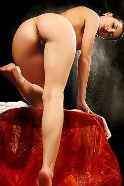 Gorgeous Babe Leona Posing Naked
